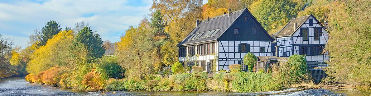 Fachwerkhäuser am Fluss