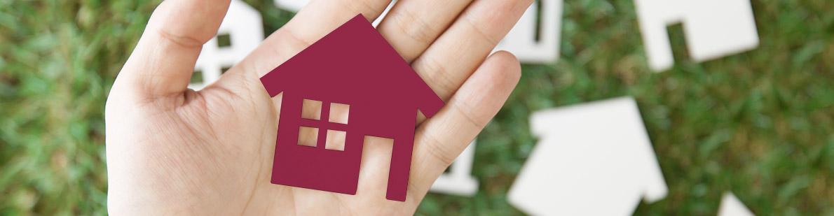 Puzzelteil Haus in Hand