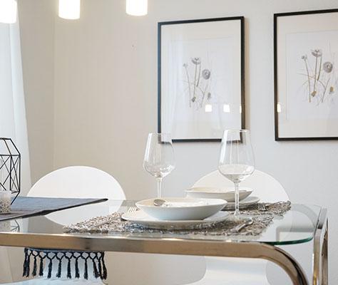 Gedeckter Esstisch mit Weingläsern