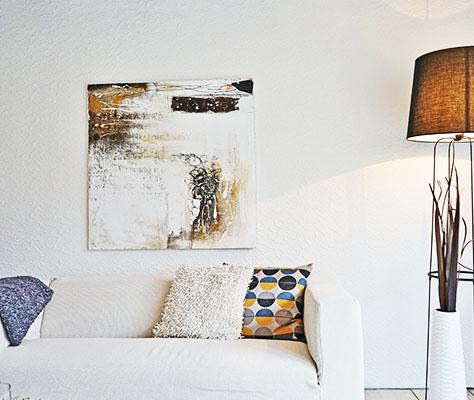 Dekoriertes Sofa und Wandbild