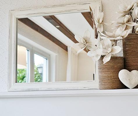 Nahaufnahme Spiegel Vintage und weiße Blumen